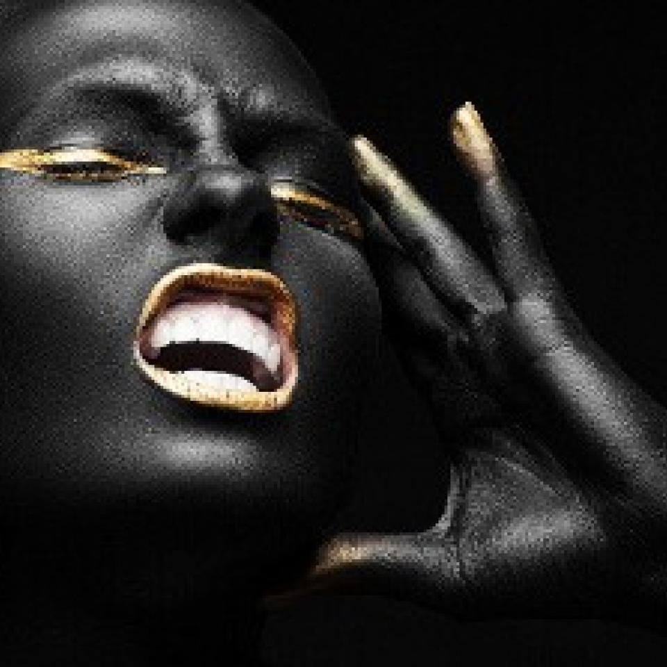 schreiende Frau in gold und schwarz